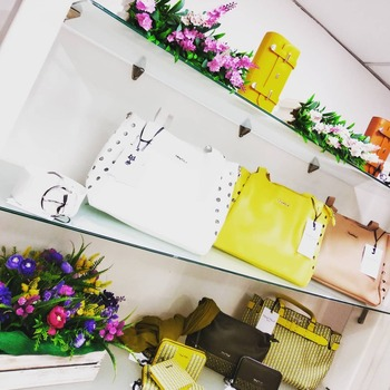 """L'inverno si trasforma sempre in primavera"" (Buddha)  #newspringcollection #newinstore #springcollections #mimimuafirenze #colori #springtime #waitingforsun #loveshopping💞 #loveit #fattiunregalo #glamour #glamshop #moodoftheday #positivevibes #positivity #detailsoftheday #bagslover #accessories #semprealpasso #ipanemacapurso☀️"